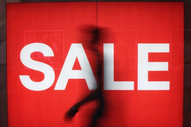 """Beschriftung eines Schaufensters mit dem Wort """"Sale"""". #was"""